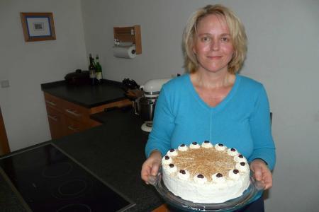 Barbara mit Torte3.JPG